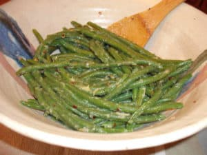 Green beans with roasted garlic sauce